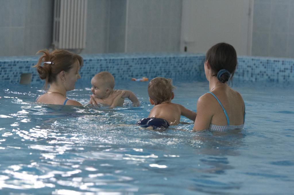 грудничковое плавание в бассейне, ране плавание в бассейне