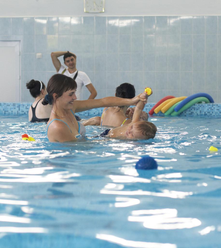 ребёнок в бассейне