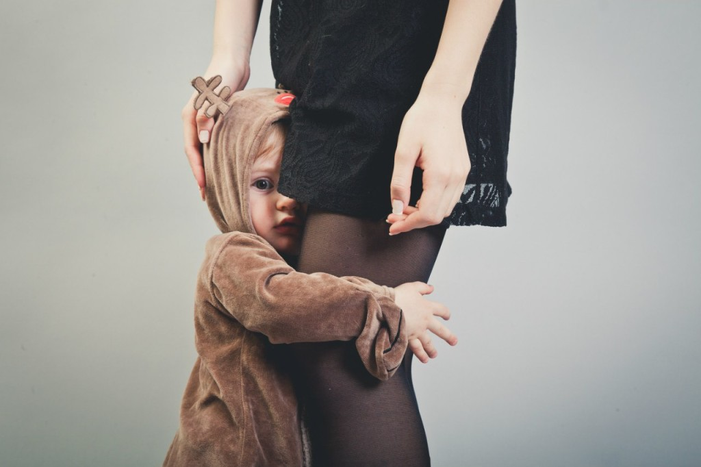 ребёнок цепляется за маму