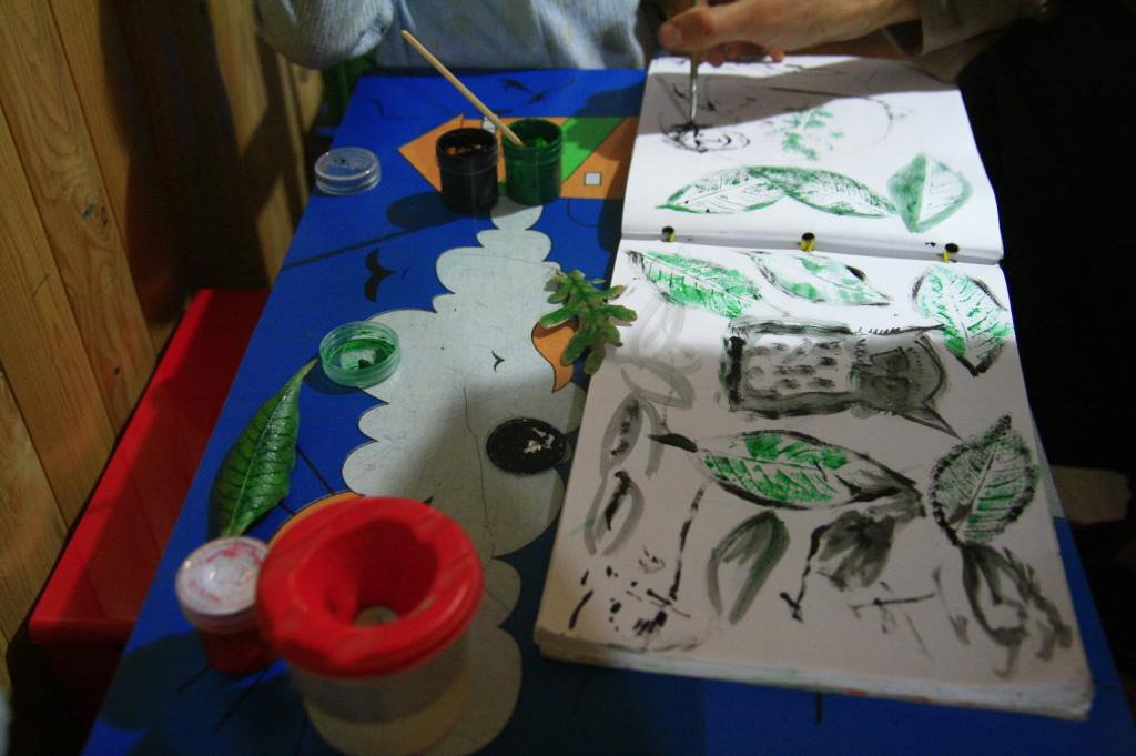 отпечатки листьев на бумаге