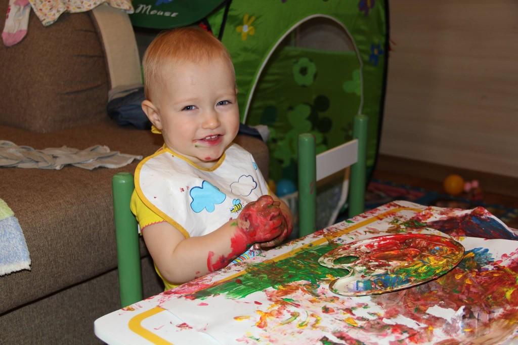 ребёнок рисует пальчиковыми красками