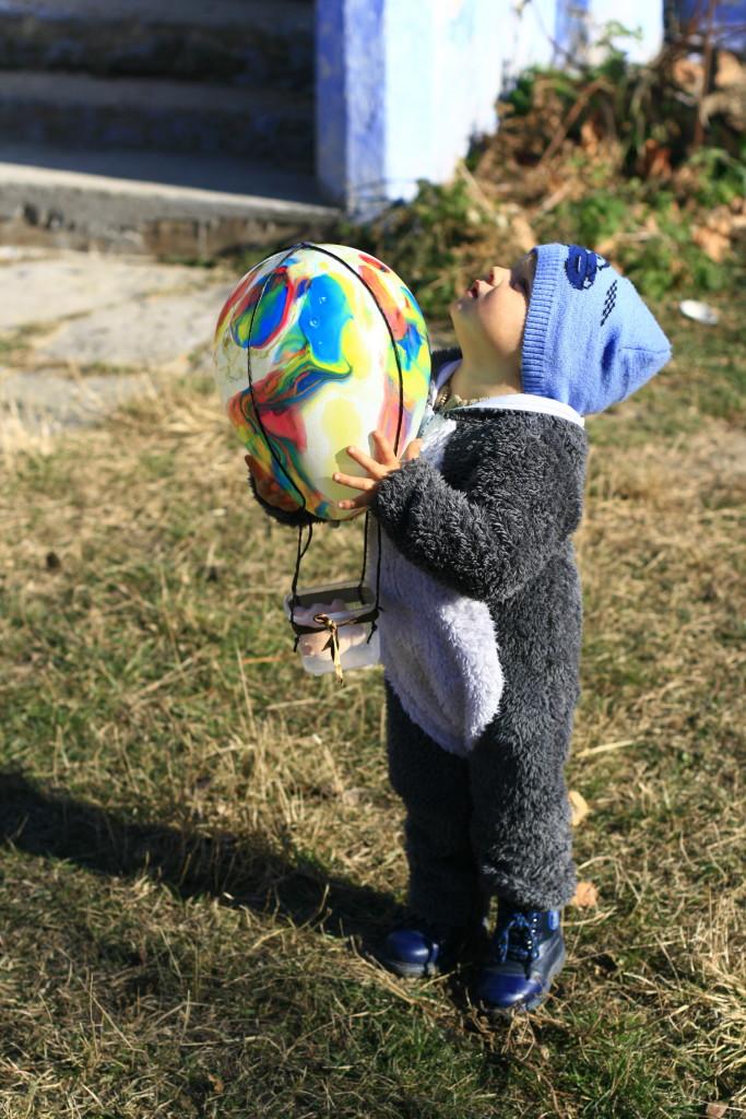 воздушный шар из контейнера и шарика