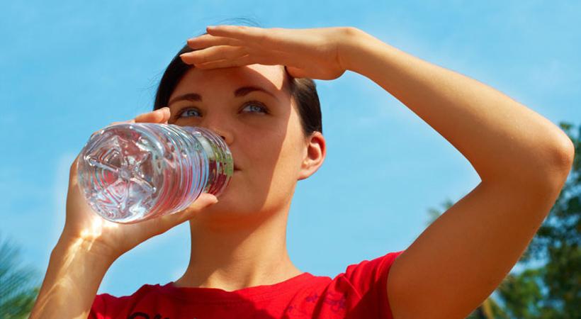 питьевая вода. девушка пьёт воду