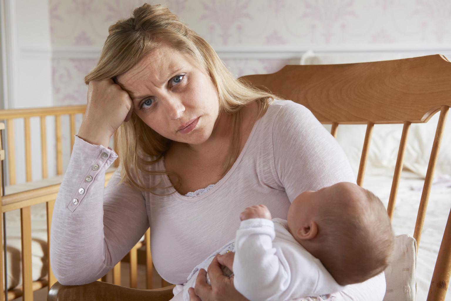 уставшая мама, грустная мама, депрессия у мамы, послеродовая депрессия