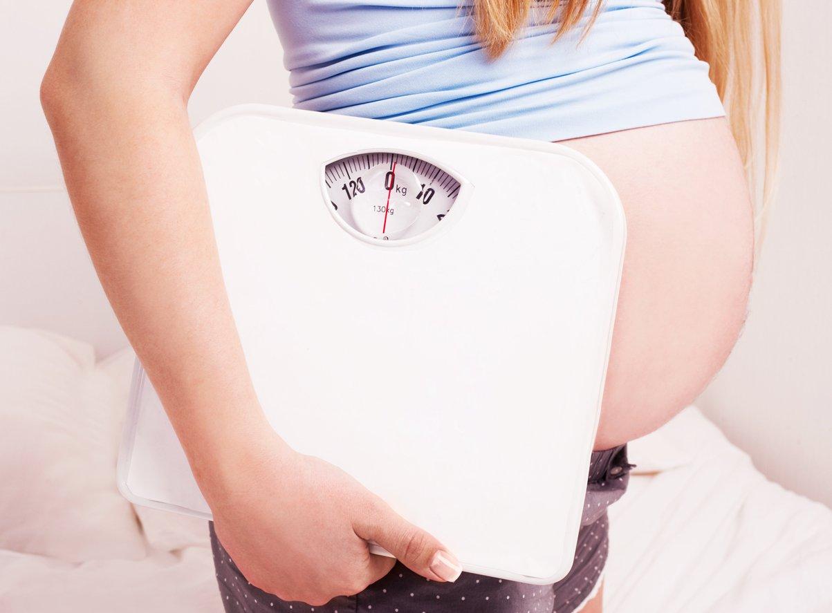 вес при беременности, прибавка в весе во время беременности, беременная и весы