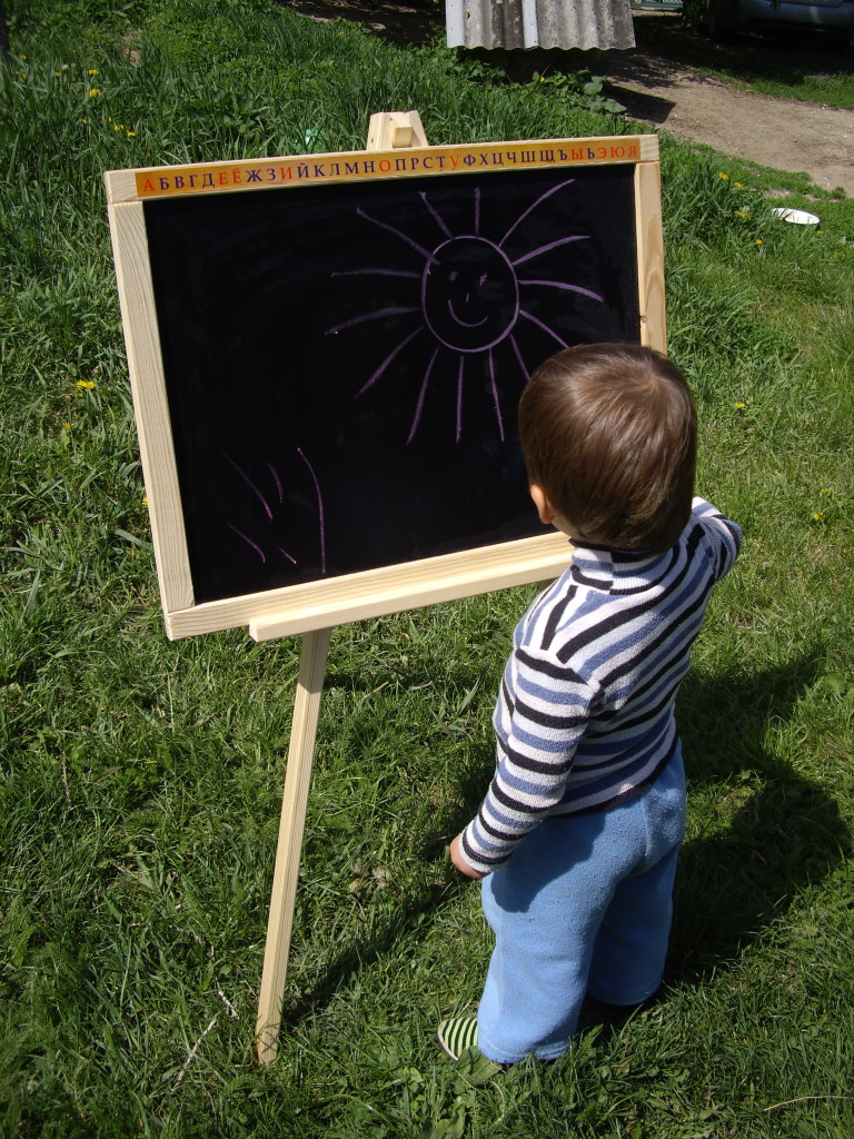 детский мольберт, ребёнок рисует мелками
