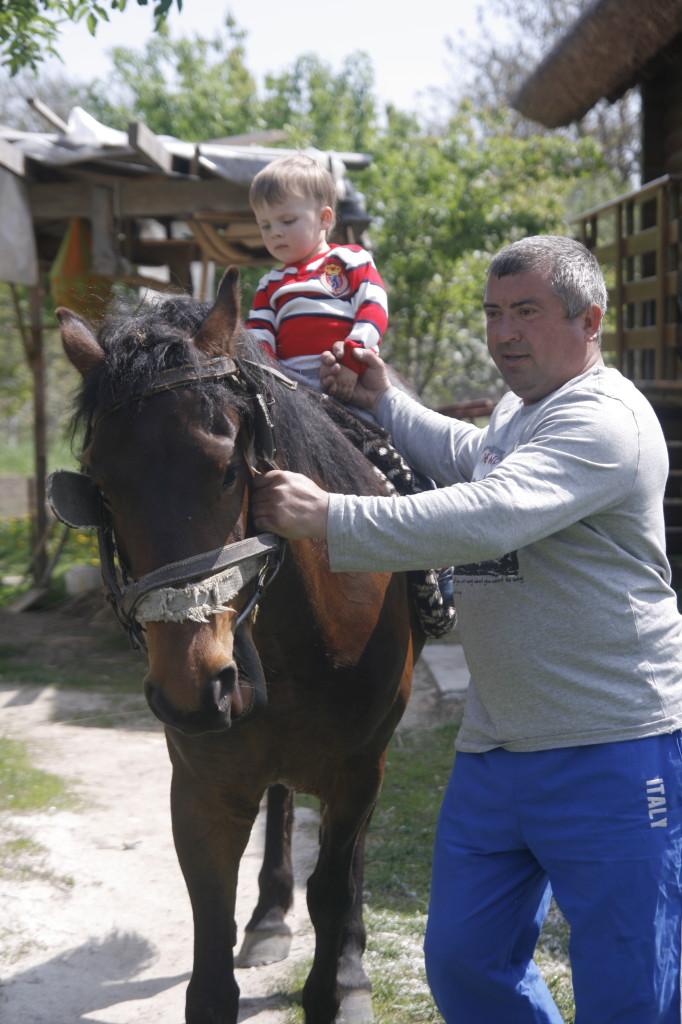 мальчик катается на лошади