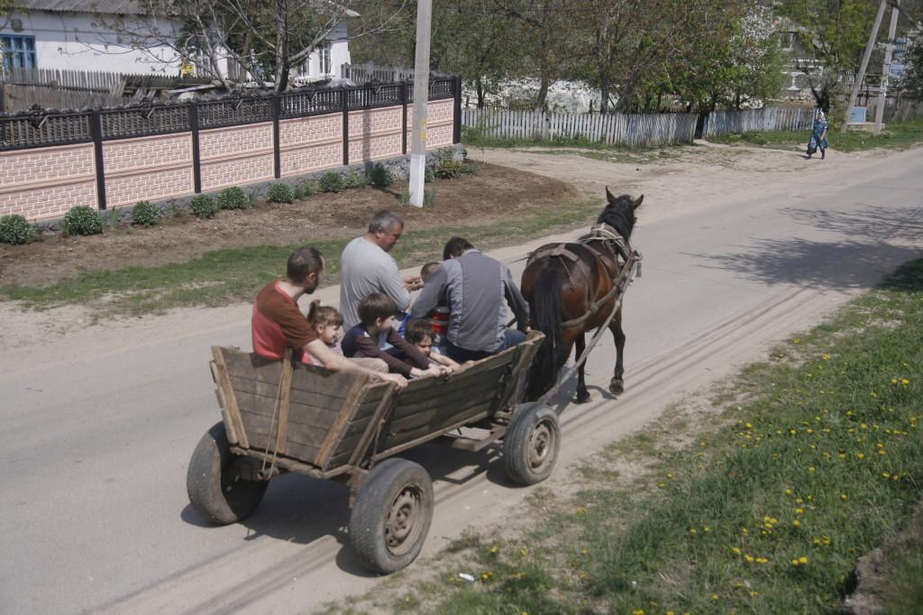 люди едут в телеге
