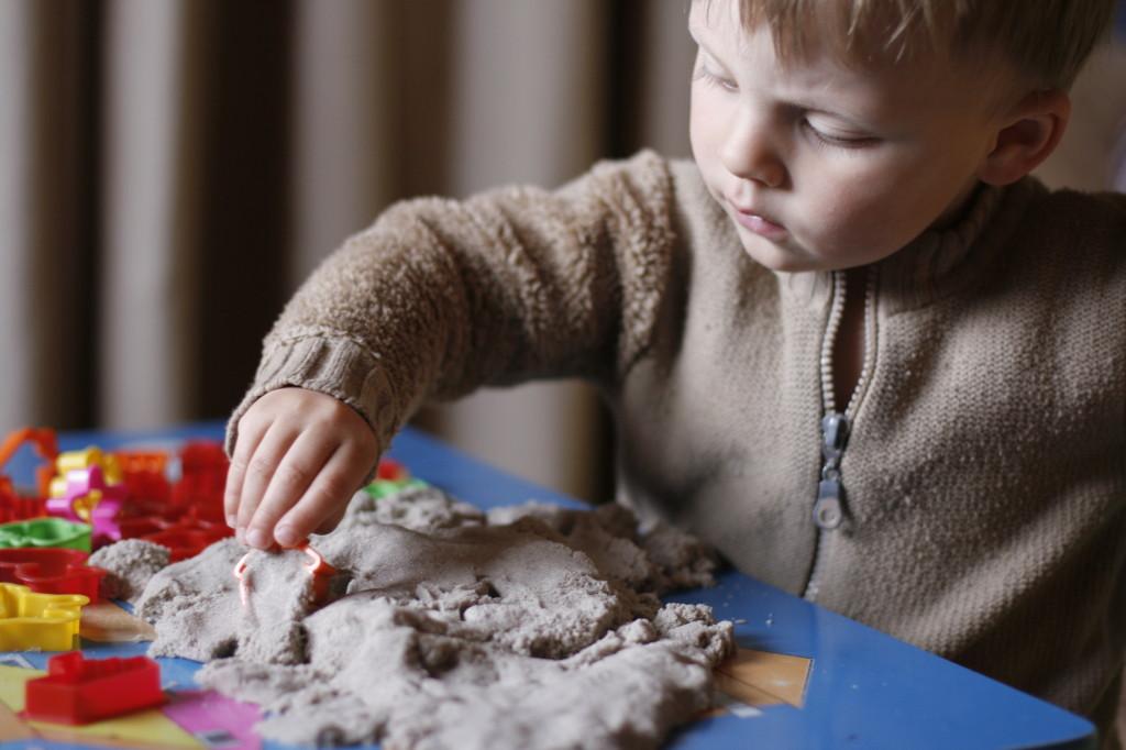 кинетический песок, ребёнок играет с кинетическим песком
