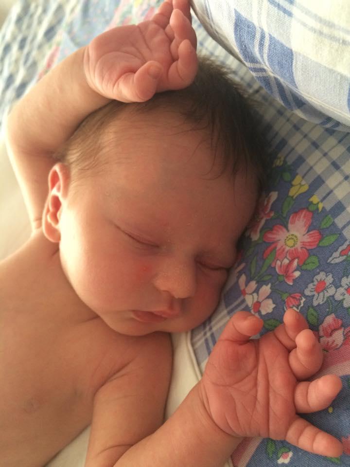 новорожденный ребёнок спит