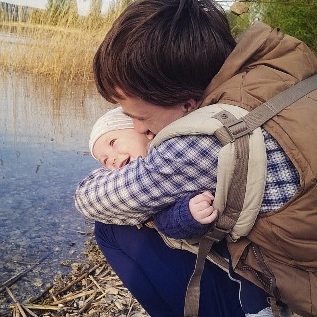 папа с сыном в эрго-рюкзаке, слингопапа