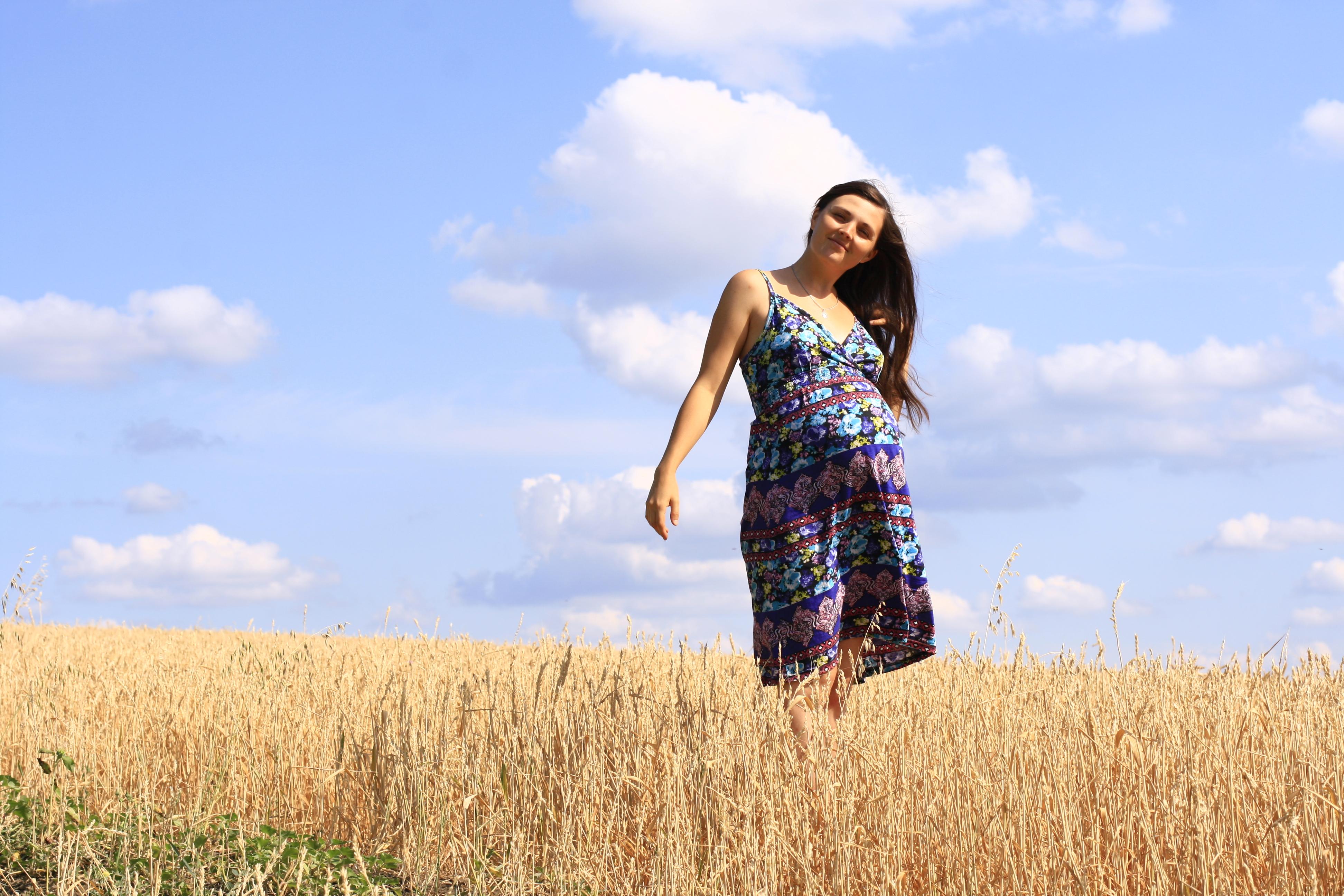 беременная в пшеничном поле на природе