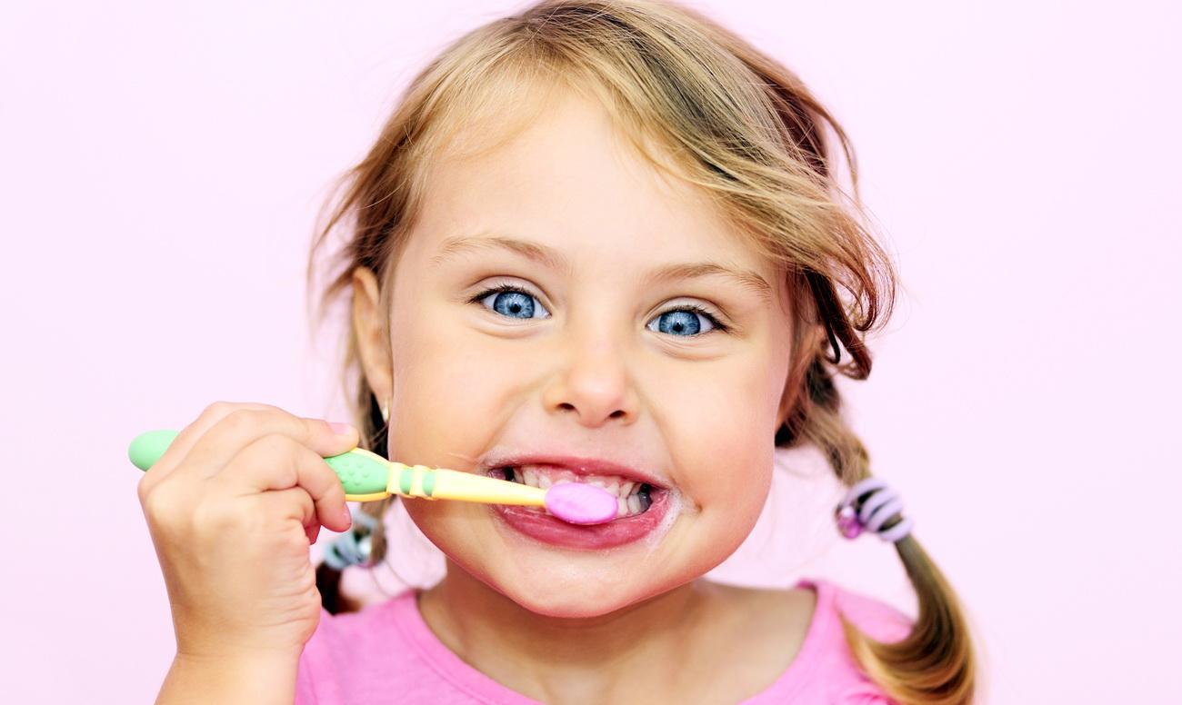 девочка чистит зубы, как научить ребёнка чистить зубы