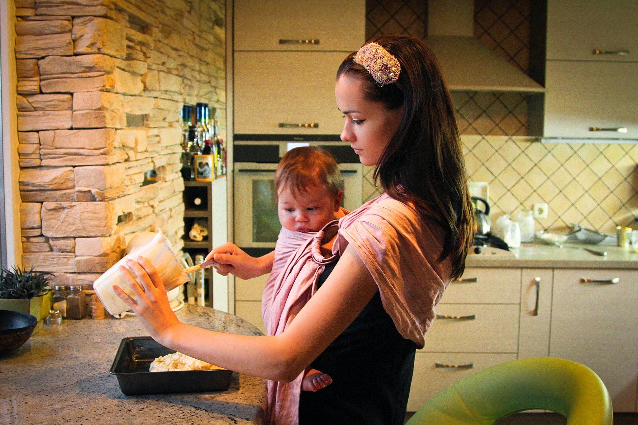 мама в слинге готовит, мама на кухне