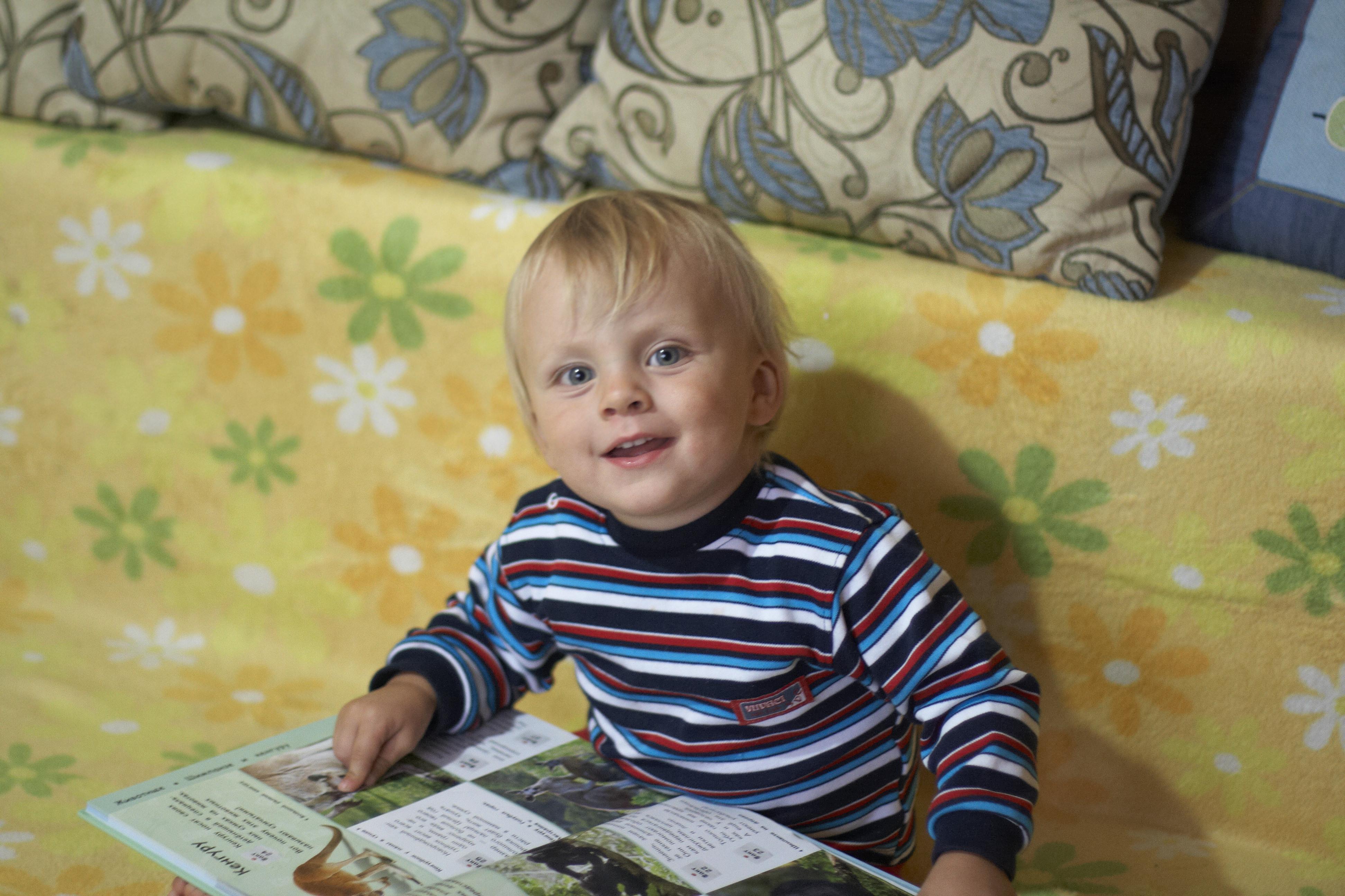 маленький мальчик читает книгу, ребёнок читает