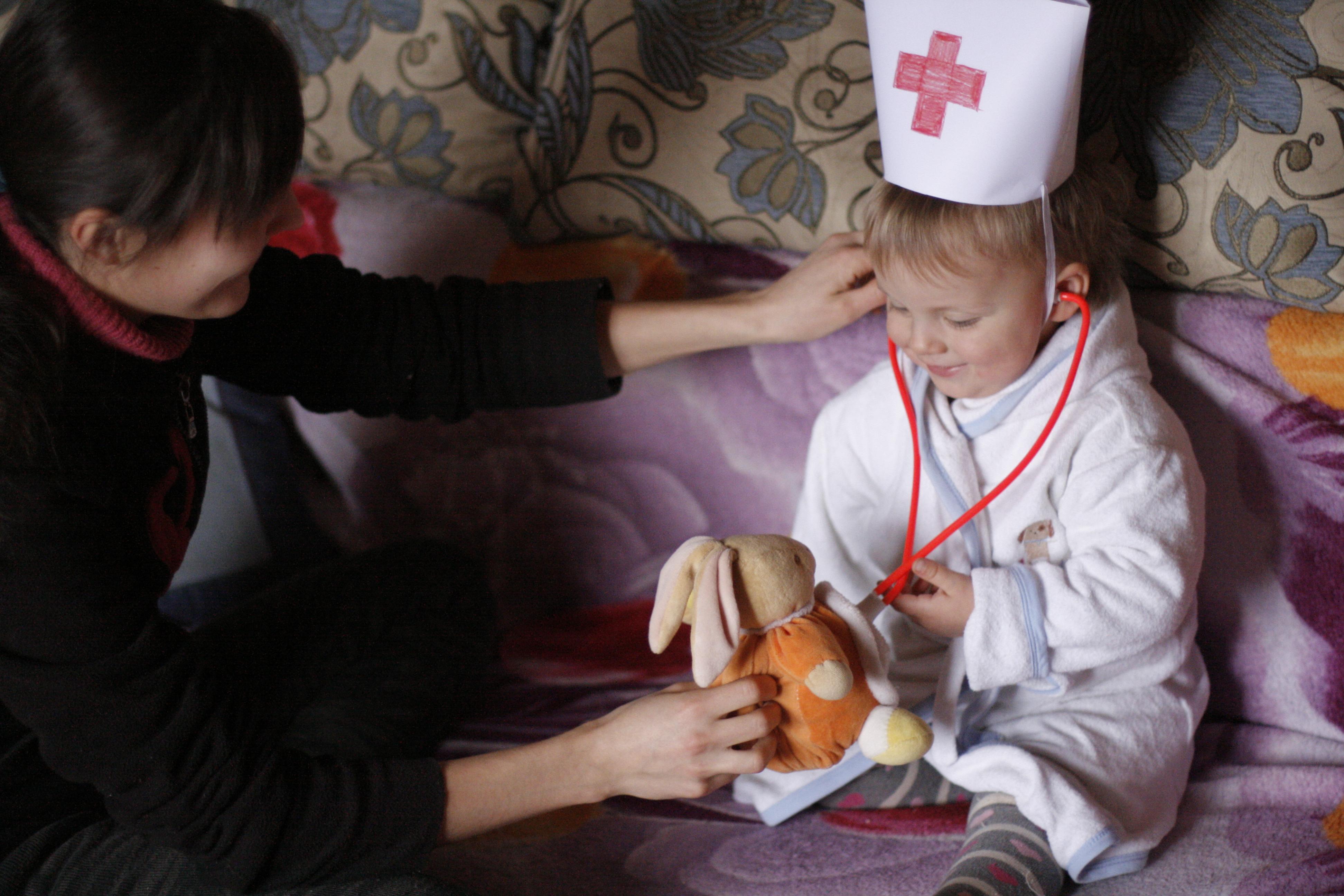 ребёнок играет в доктора, ребёнок в костюме врача