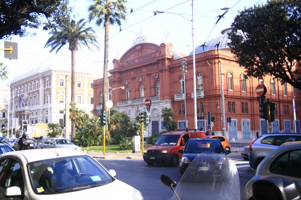 Бари театр Петручелли