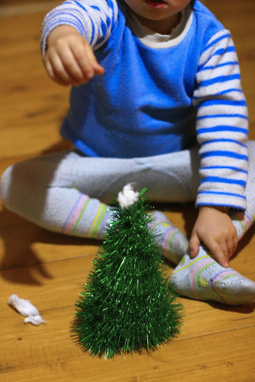 ёлка из мишуры, поделка с ребёнком