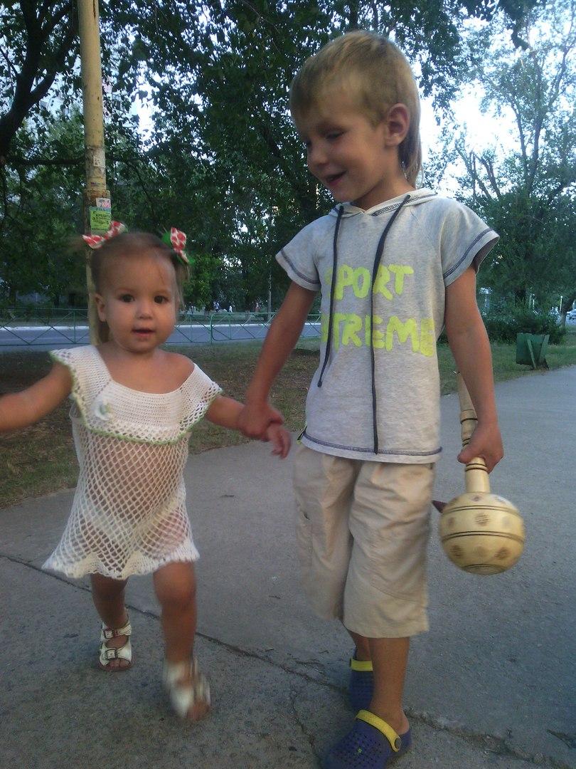 брат и сестра идут за ручку