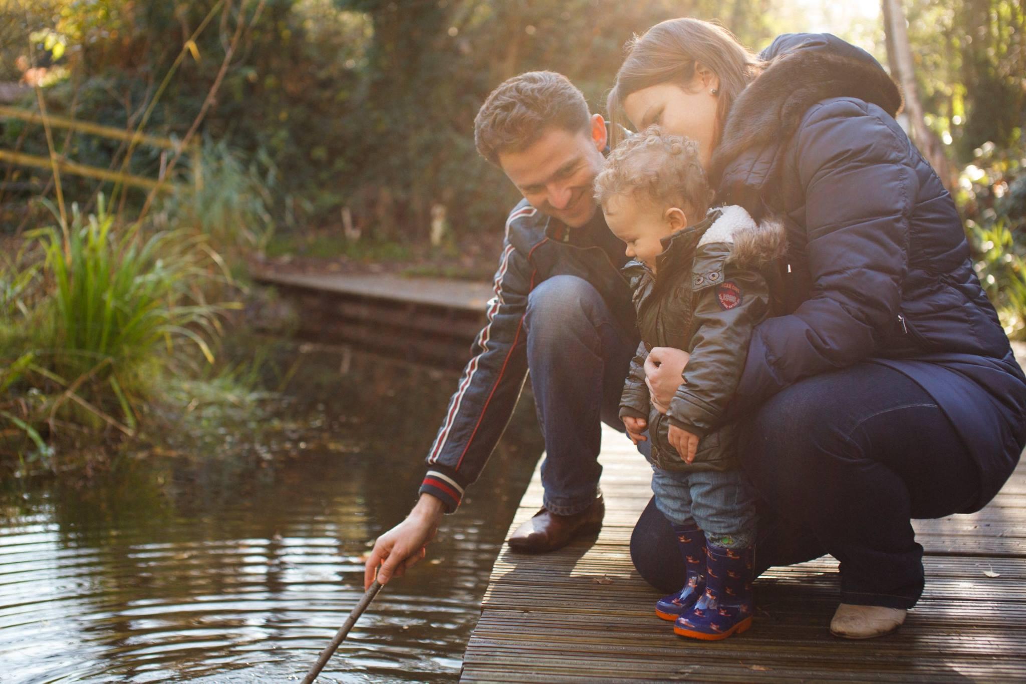 мама папа и ребёнок у озера