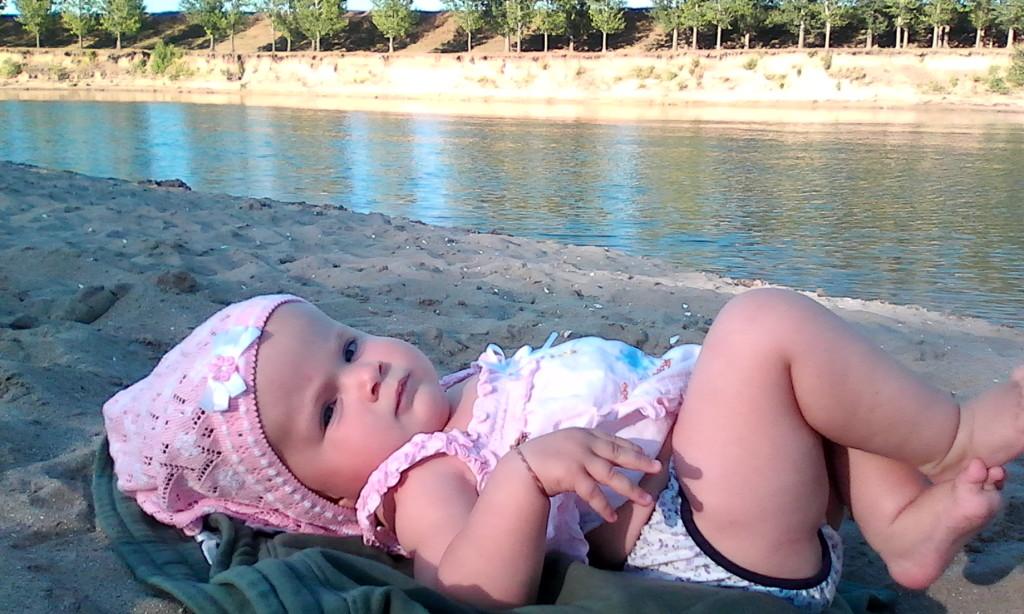 Вероника лежит на берегу