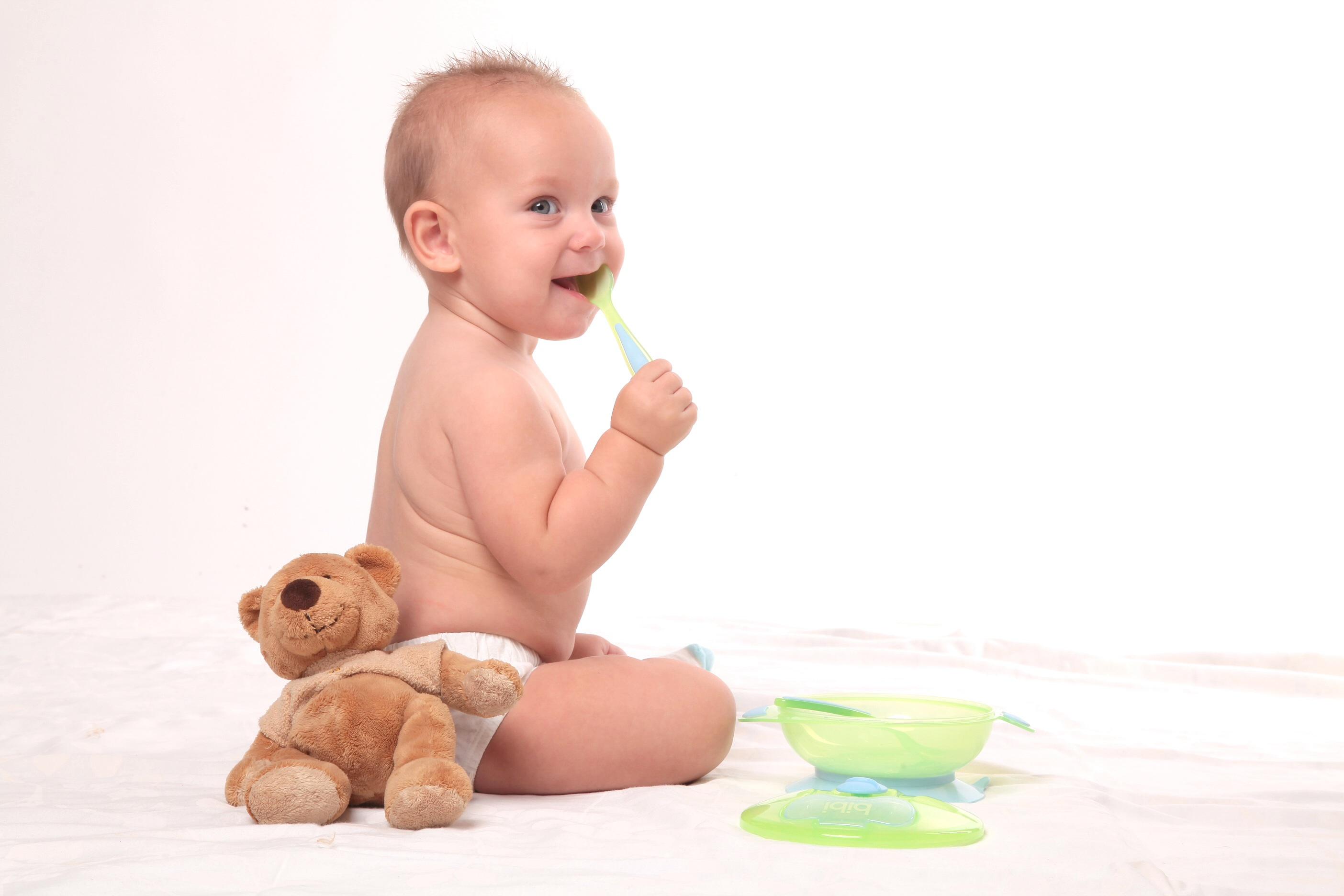 грудной ребёнок с ложкой