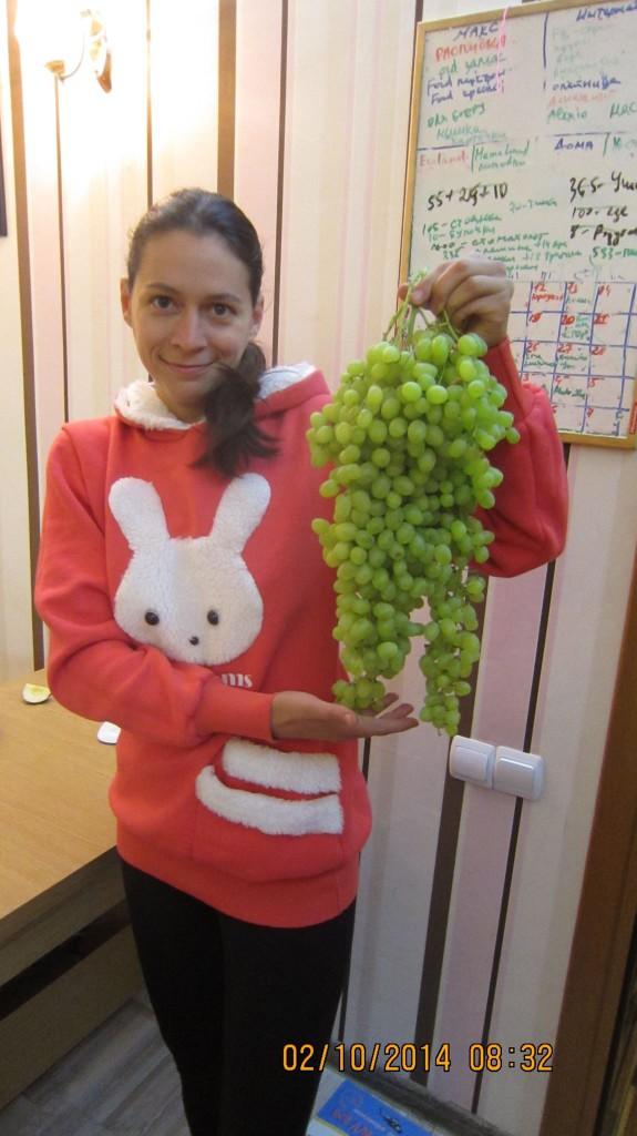 девушка держит виноград