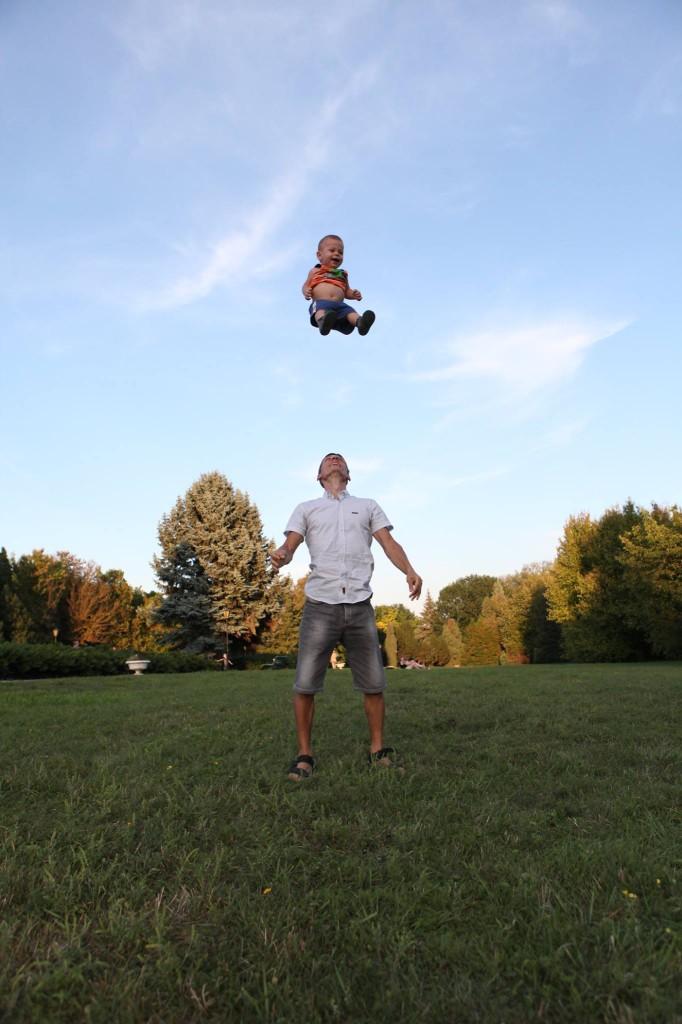 папа подбрасывает сына