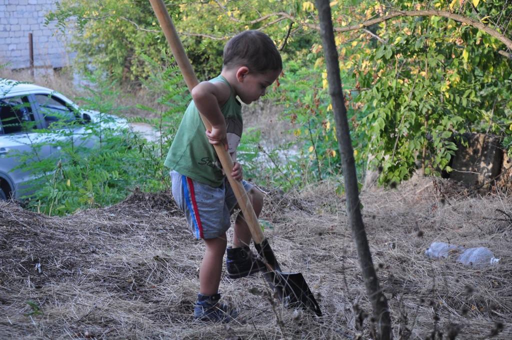 мальчик копает