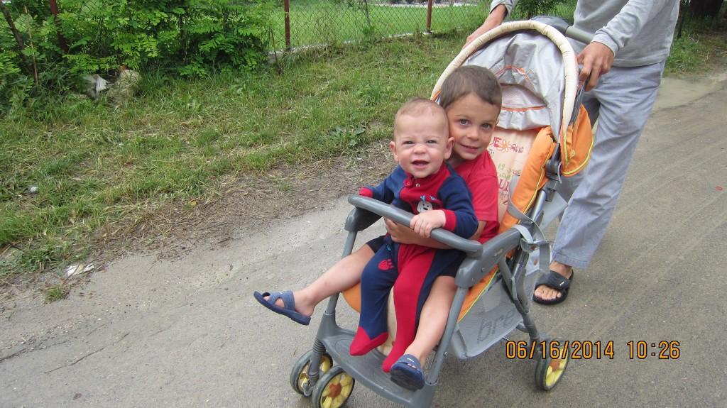 два мальчика в коляске