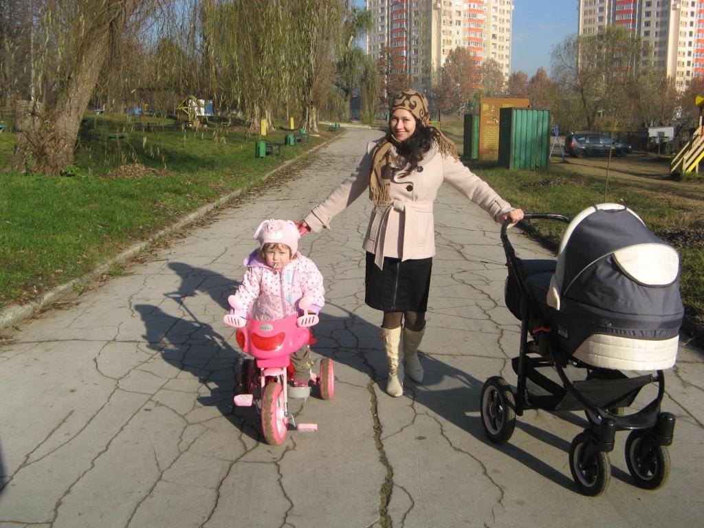 мама с коляской двое детей