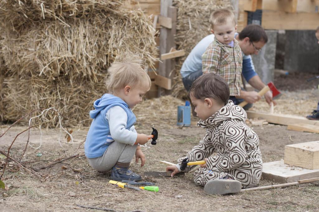 дети играют в строителей