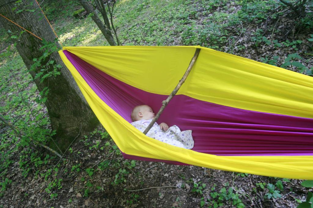 ребёнок спит в гамаке