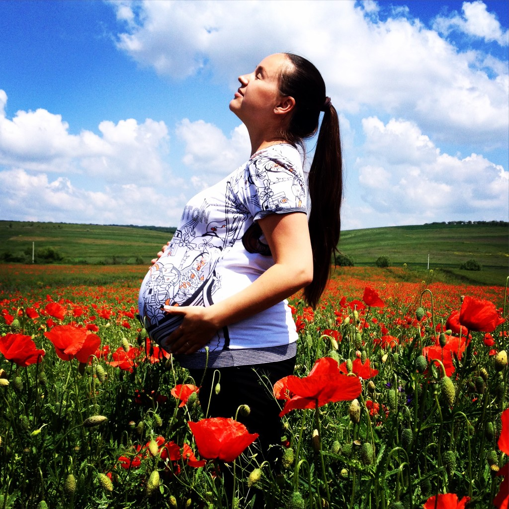 беременная в маковом поле