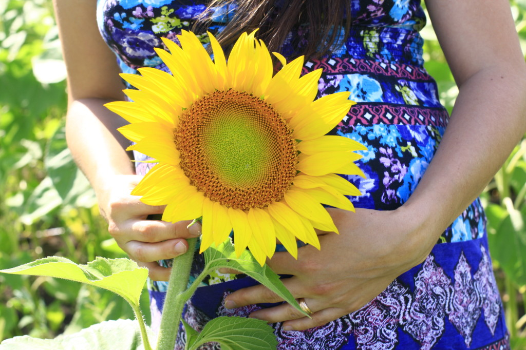беременная и подсолнух