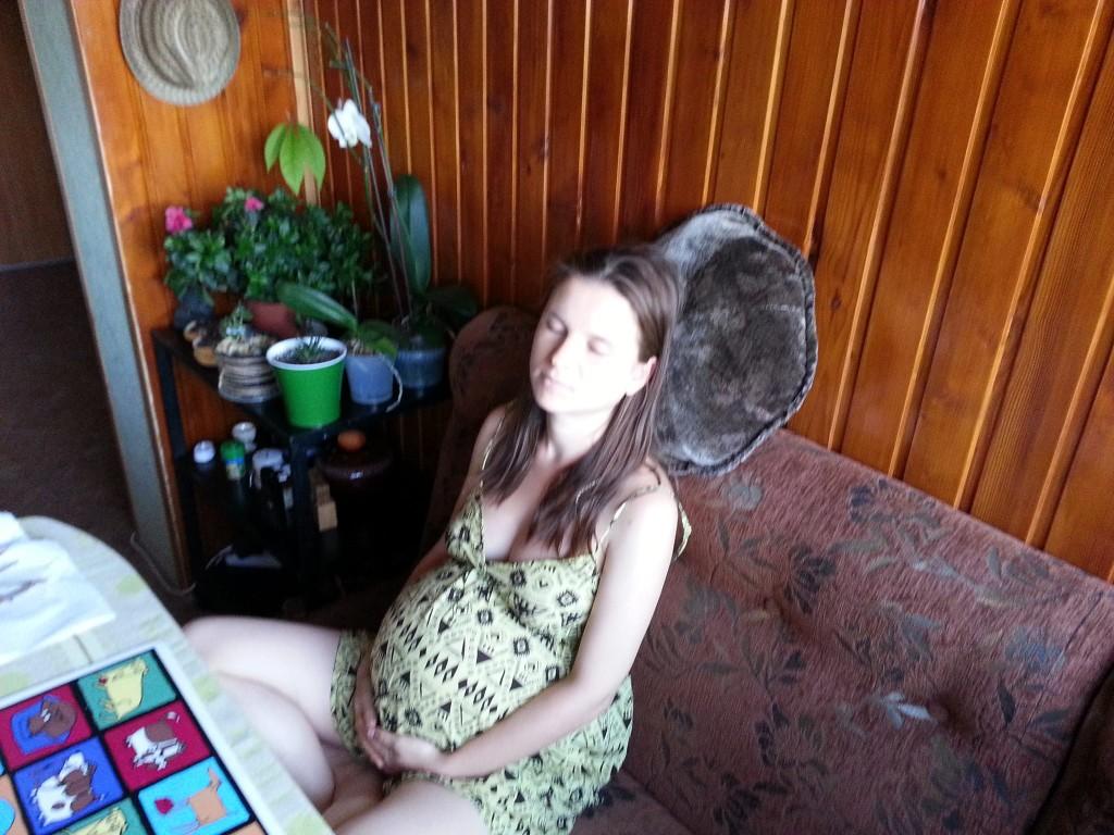 беременная женщина сидит