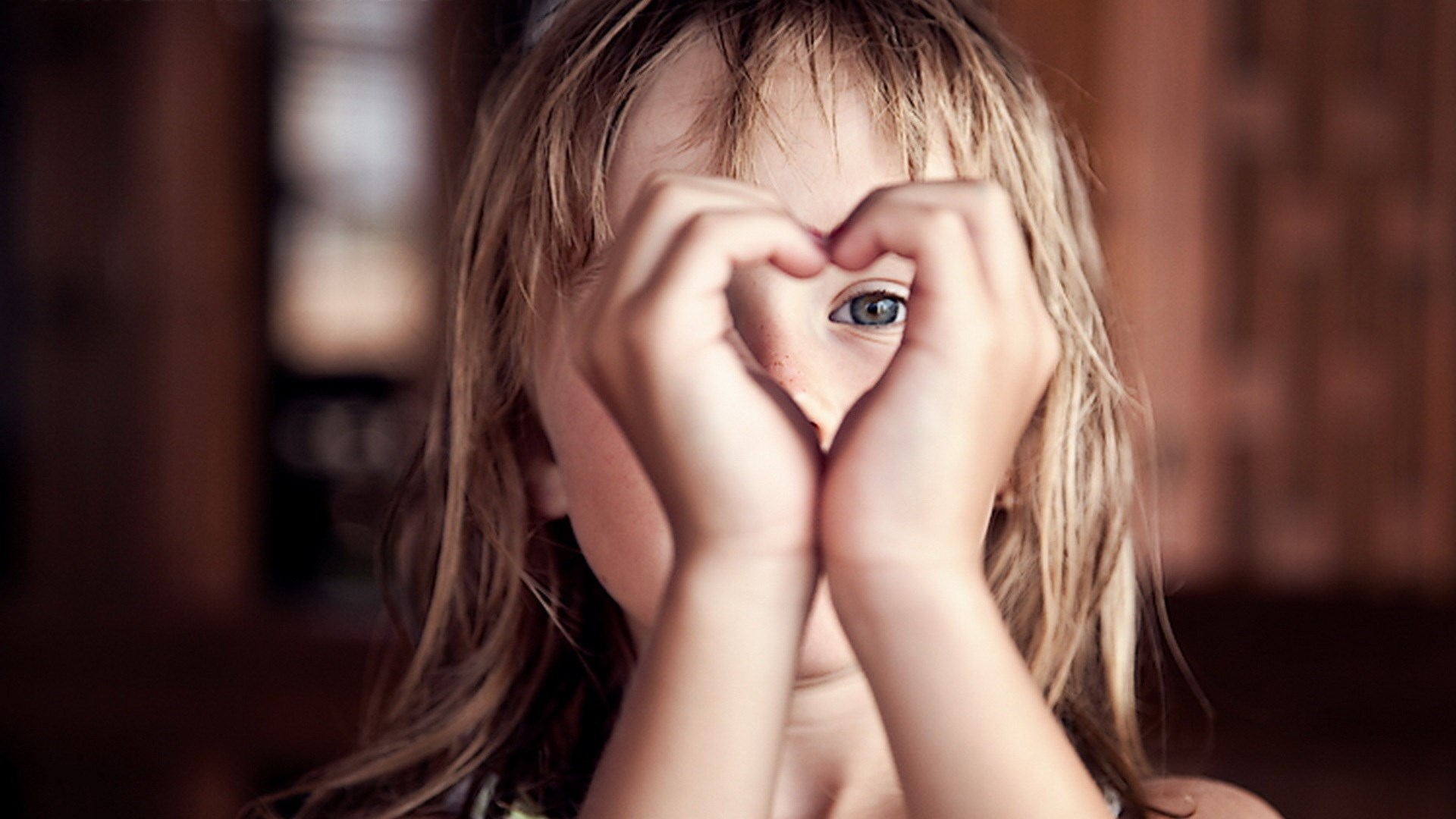 ребёнок сердце, девочка показывает сердце