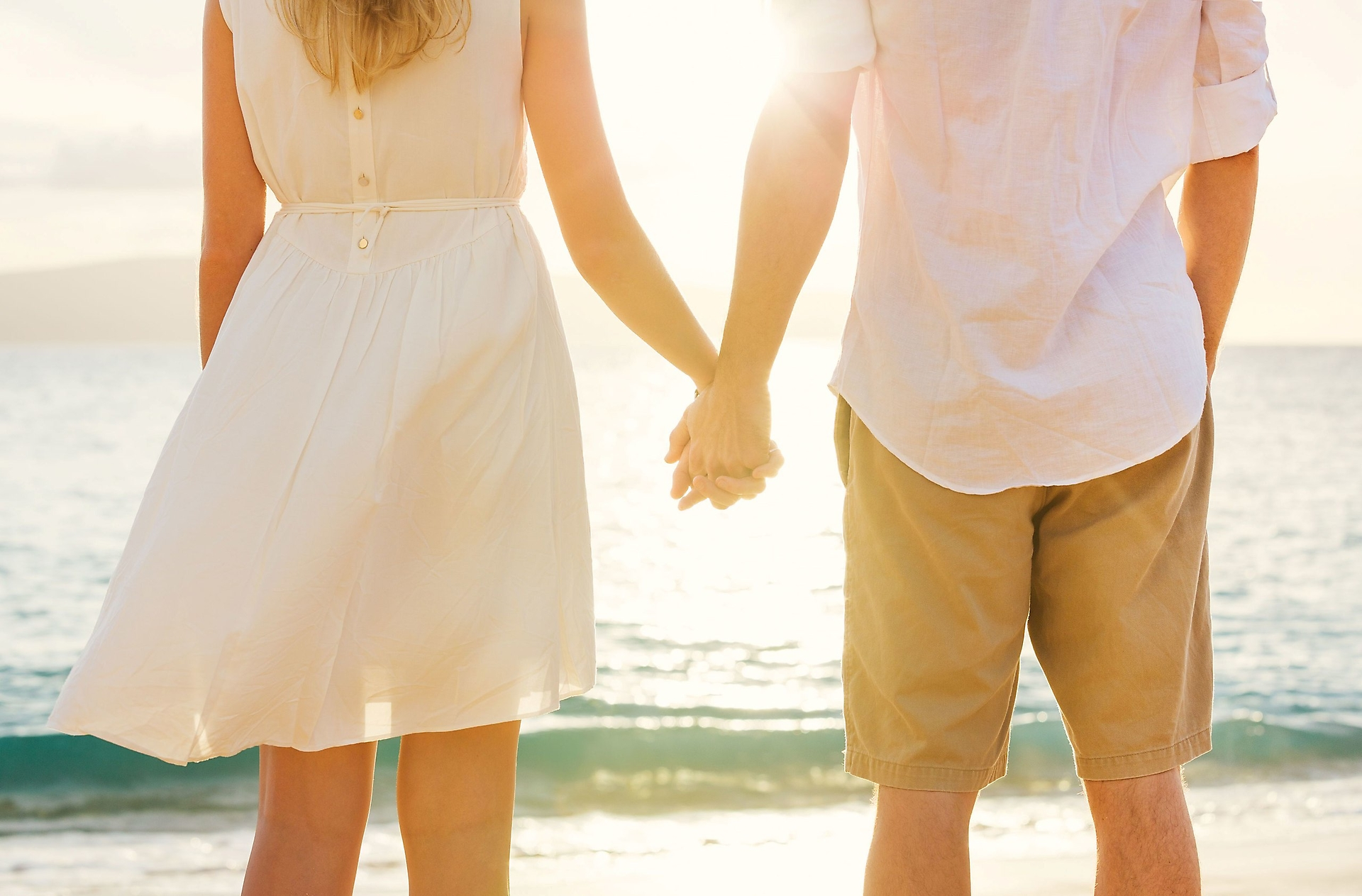 держатся за руки, любовь