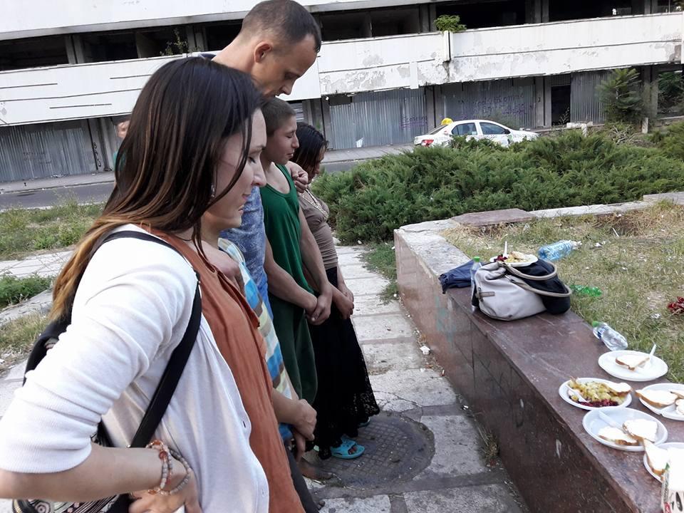 люди молятся перед едой