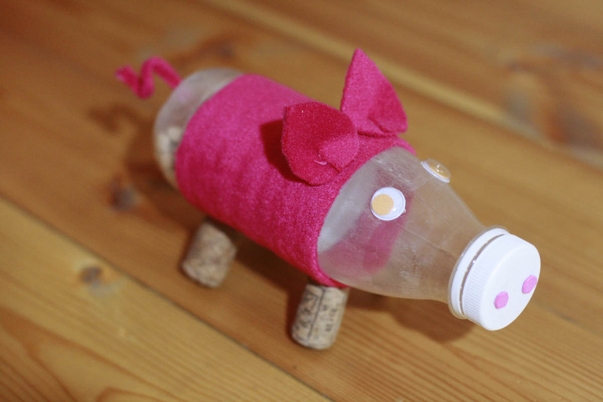 поросёнок из пластиковой бутылки