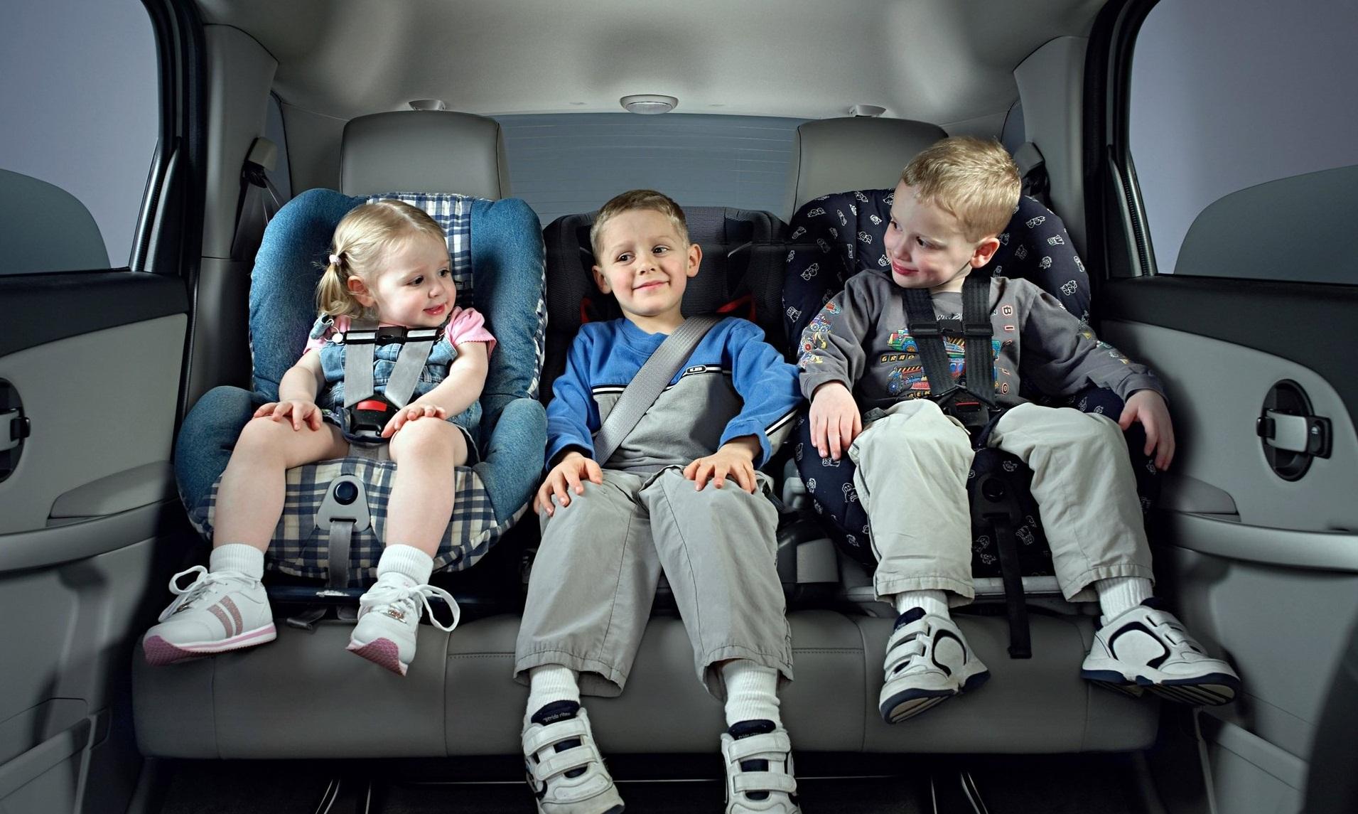 ребёнок в машине в автокресле