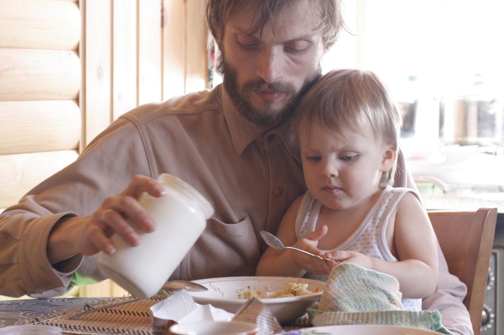 папа кормит ребёнка
