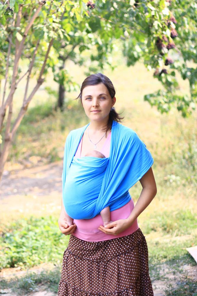 новорожденный в слинге шарфе