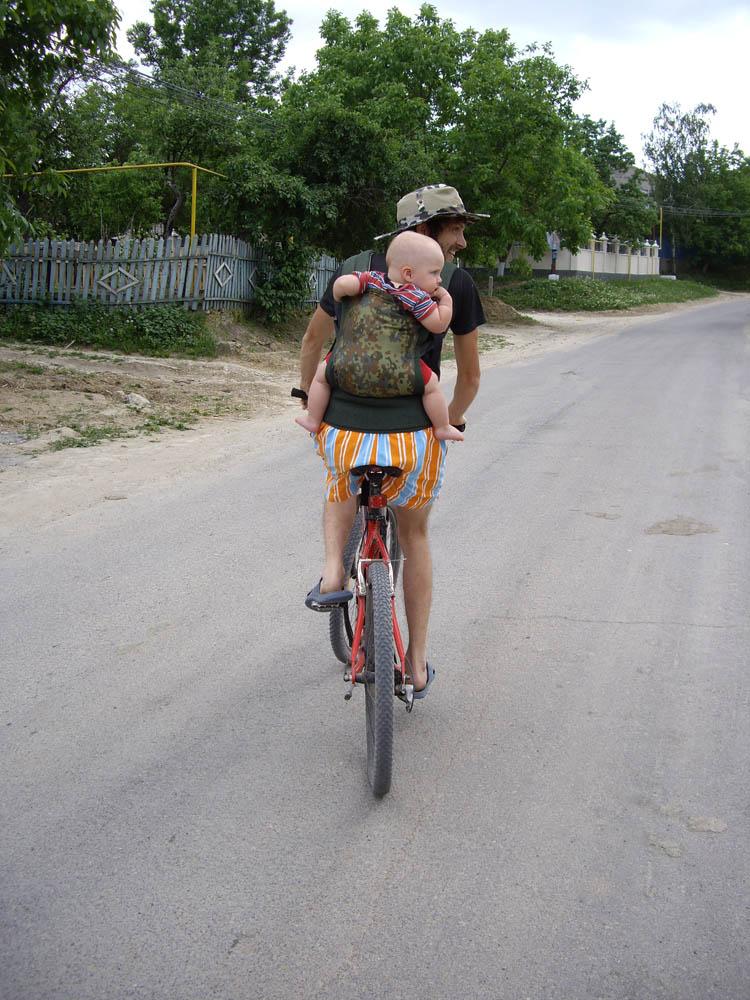 в слинге на велосипеде