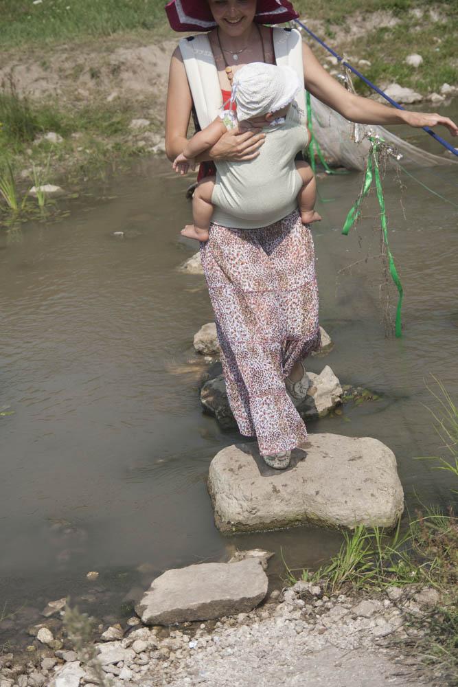 мама переходит речку в слинге