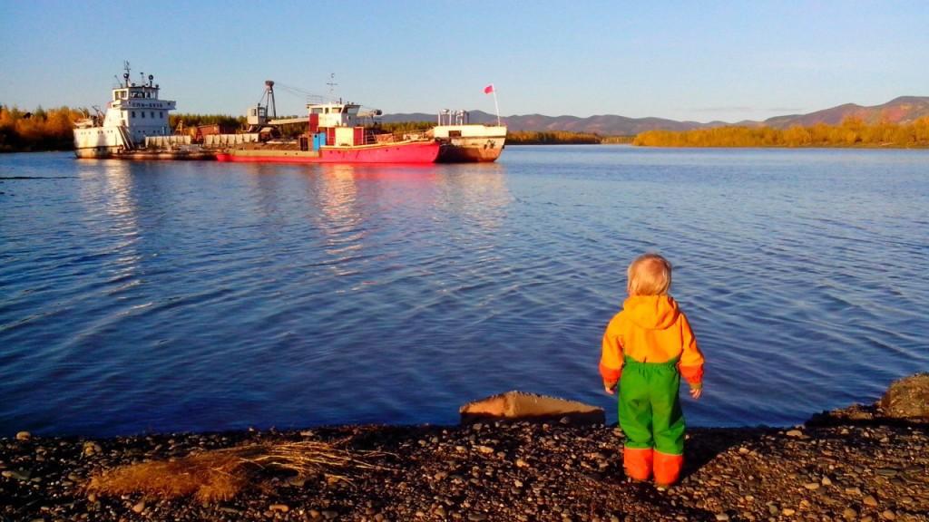 ребёнок смотрит на корабль