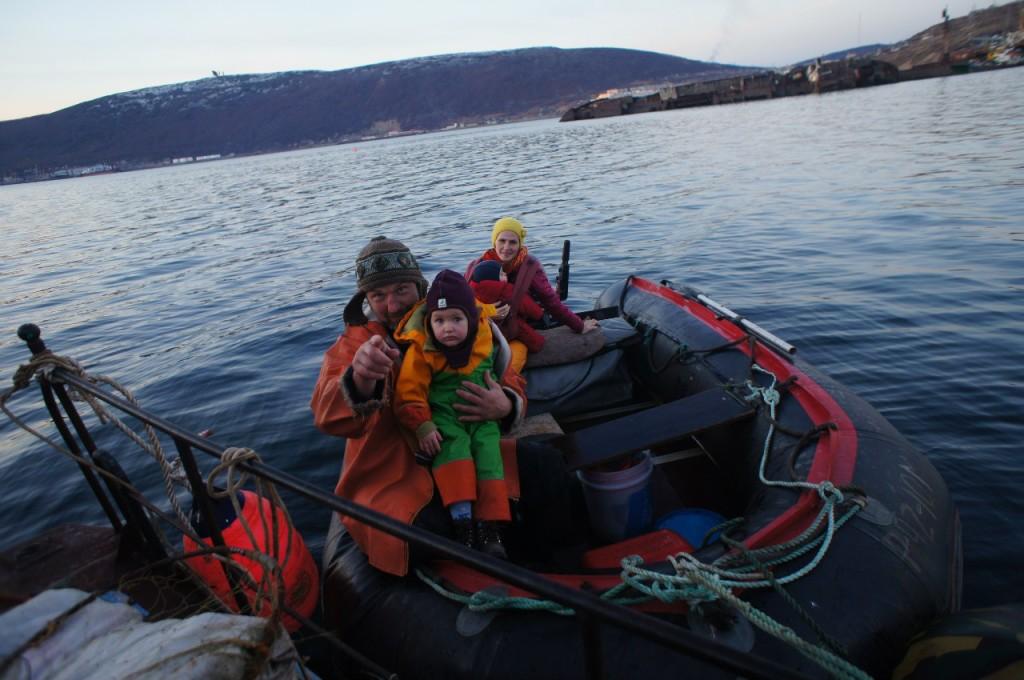 в лодке с детьми