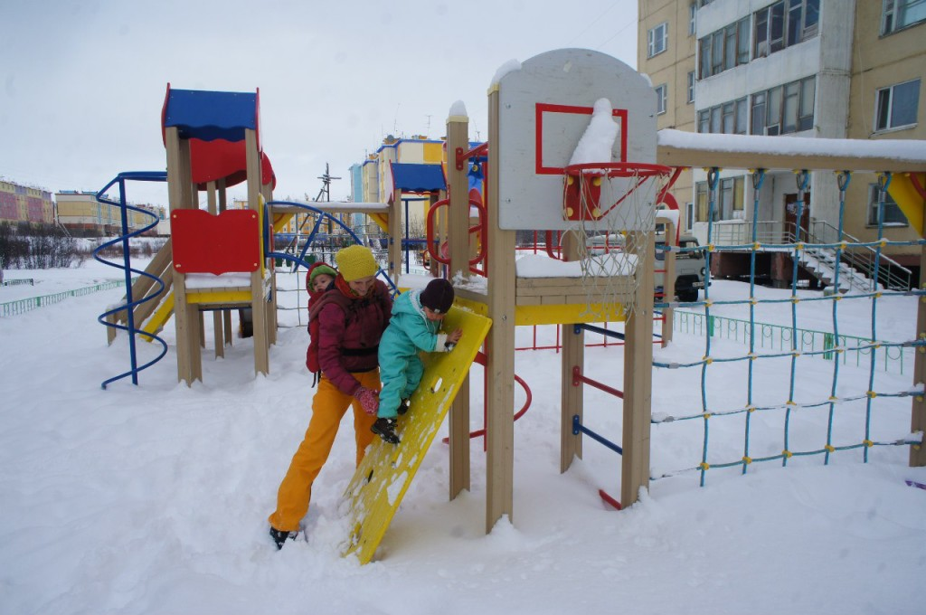 дети на детской площадке зимой