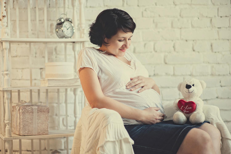 беременная женщина дома