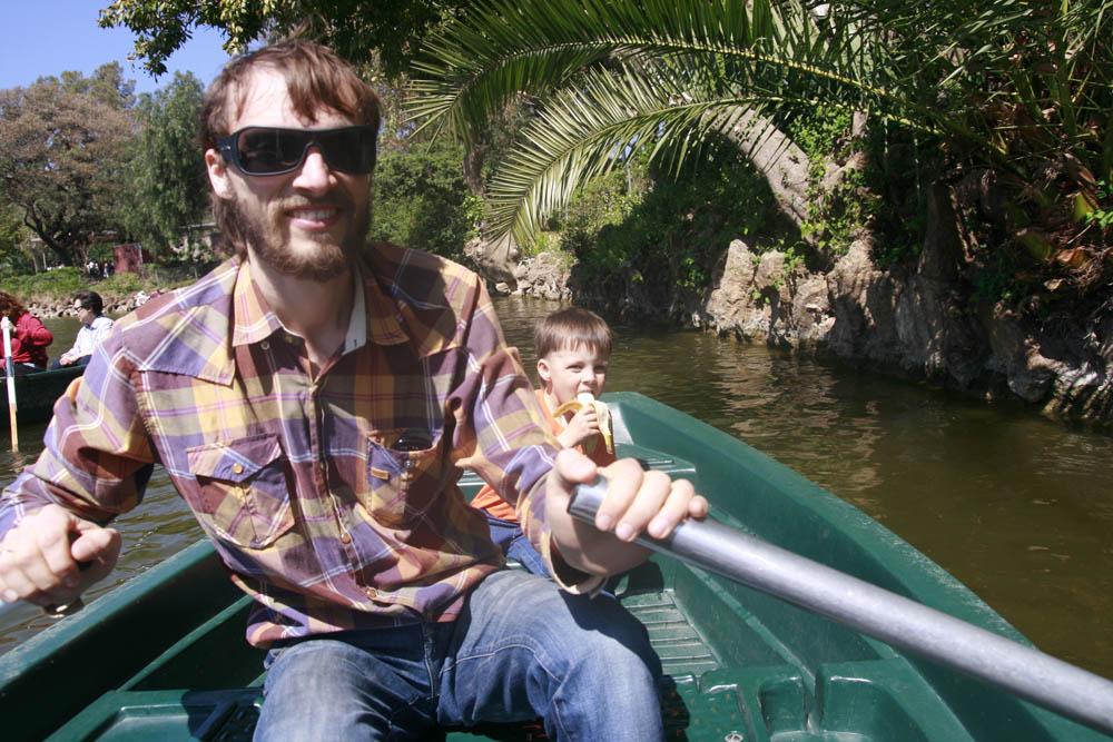 папа с сыном катаются на лодке